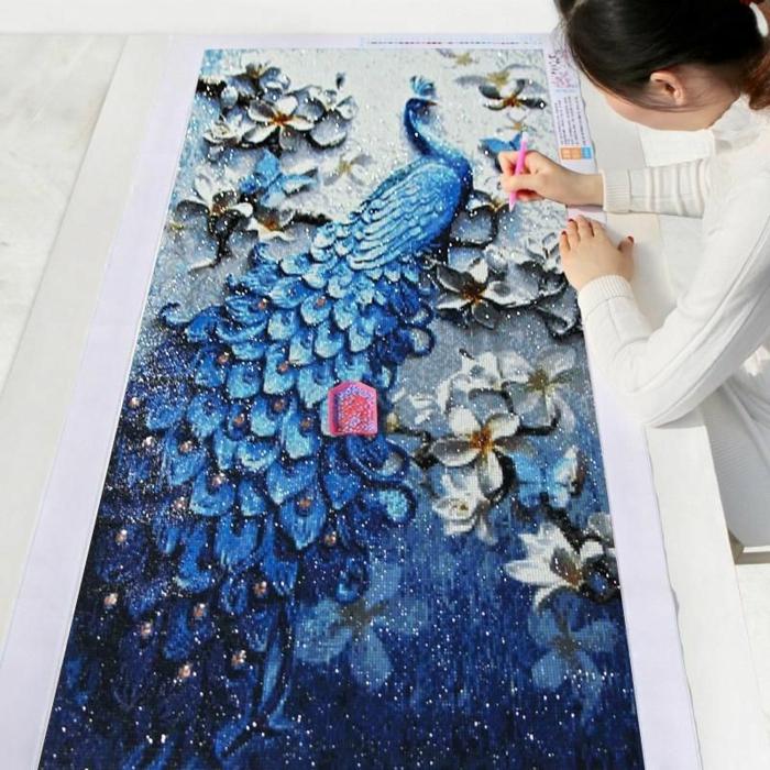 Paon bleu en petits pieces mosaique dessin broderie diamant, activité manuelle adulte peinture a realiser