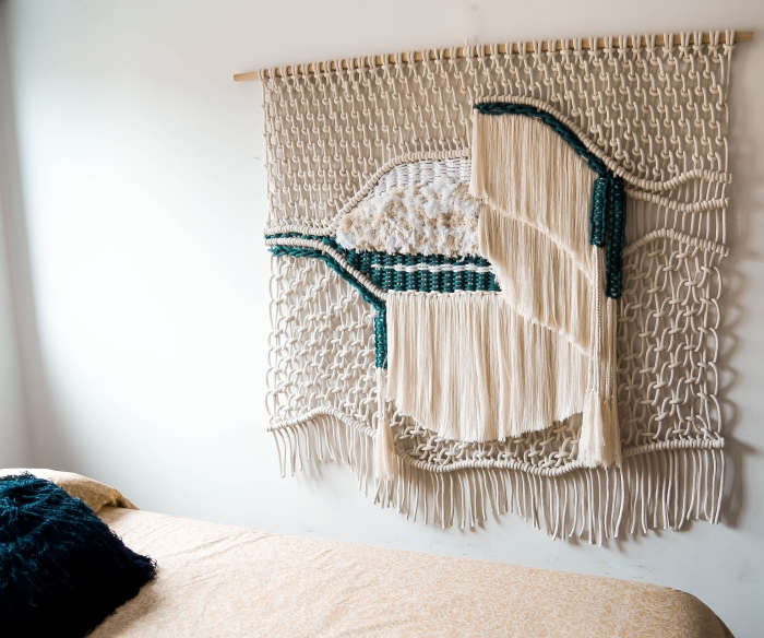 art mural activité manuelle loisir créatif fabrication têtе de lit en macramé technique tressage corde macramé franges noeud bâton bois