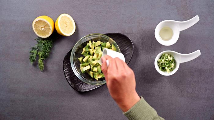 tartare avocat comment faire à base de dés d avocat à l oignon vert, huile de sésame et jus de citron