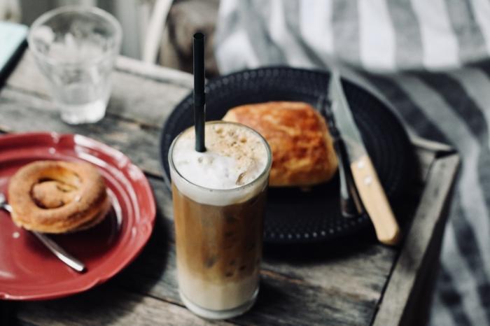 comment faire un café frappé avec mousse, recette de boisson énergisante au café instantané et lait végétal