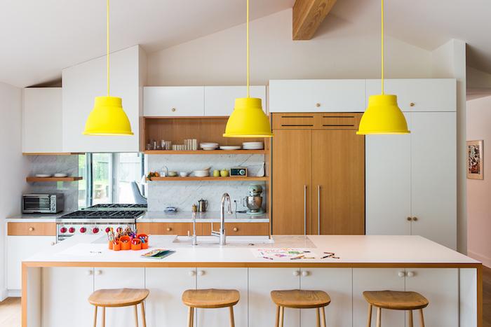 Lustre jaune au-dessus d'ilot cuisine, idée couleur mur cuisine, couleur qui vont ensemble, moderne intérieur