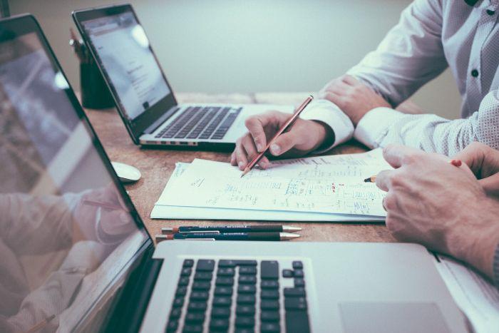 assurance maison mac laptop en gris documents poses sur un bureau