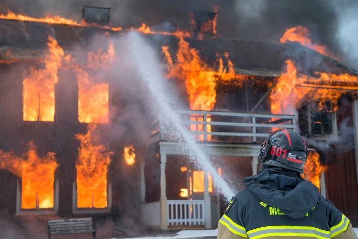 assurance sinistre maison homme plombier devant la maison