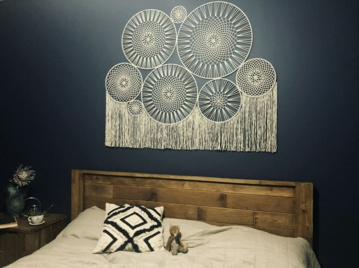 attrape rêve diy franges corde macramé tete de lit originale diy décoration chambre bohème peinture murale tendance mur noir