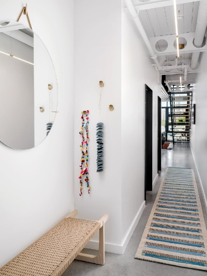 banquette bois et fibre végétale miroir rond crochets comment peindre un couloir aux multiples portes déco couloir blanc étroit