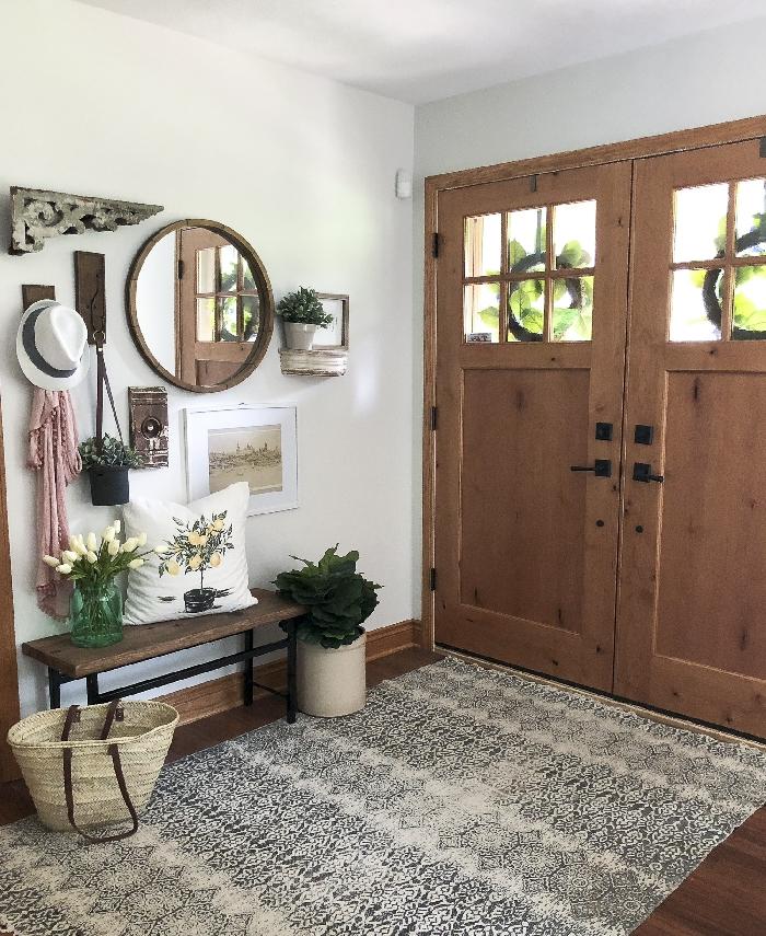 banquette bois et métal miroir rond cadre bois foncé étagère murale pot fleur plantes vertes idée déco entrée maison rustique