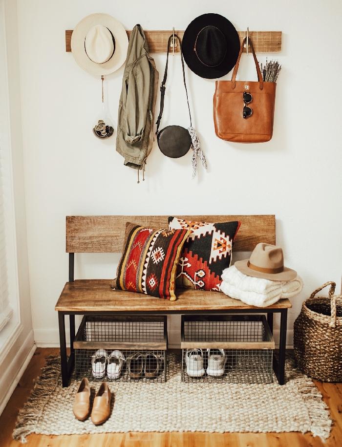 banquette entrée rustique en bois pieds métal décoration boho chic couloir petit espace tapis franges panier tressé coussin décoratif