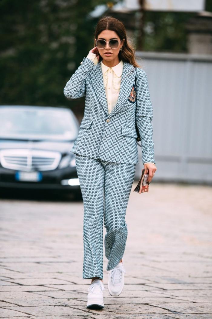 exemple comment bien s'habiller au quotidien avec un costume femme chic, tenue casual smart avec pantalon tailleur femme et baskets