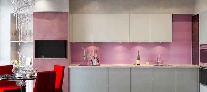 idée comment décorer une cuisine en longueur, décoration cuisine avec crédence rose et meubles bas en gris
