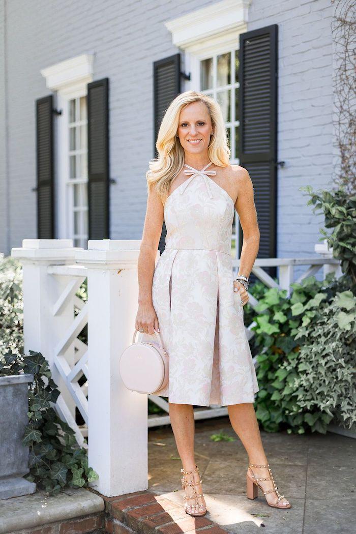 beige robe invitée de mariage beau modele robe fleurie pour femme tenue bohème chic pour la femme moderne femme blonde