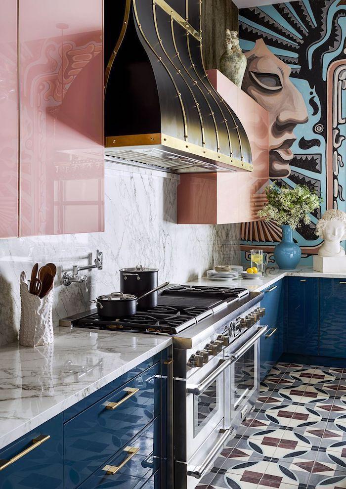 Cuisine placards laqués en rose et en bleu, couleur qui vont ensemble, maison tendance déco idée peinture cuisine art mur peinte abstrait