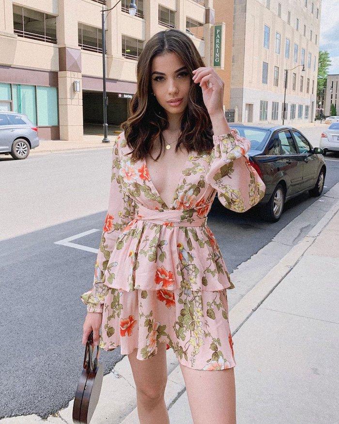 belle fille en robe rose pale idée robe courte a manche longue et decollete en v robe champetre inspiration robe fleurie pour femme élégante
