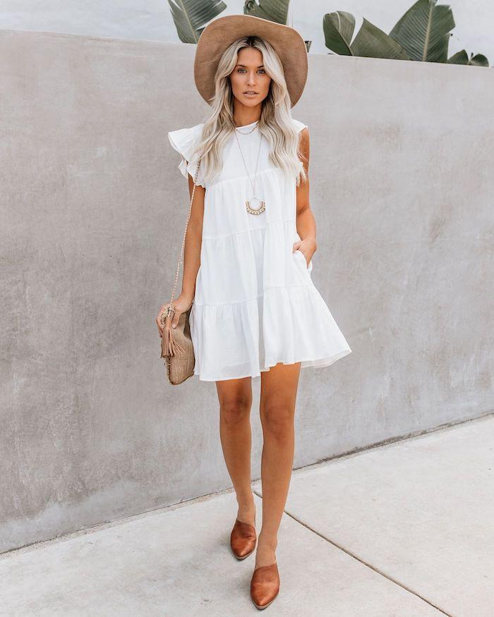 belle robe blanche evasee sac a main a frange robe de plage tenue d été pour femme comment s habiller la robe blanche courte