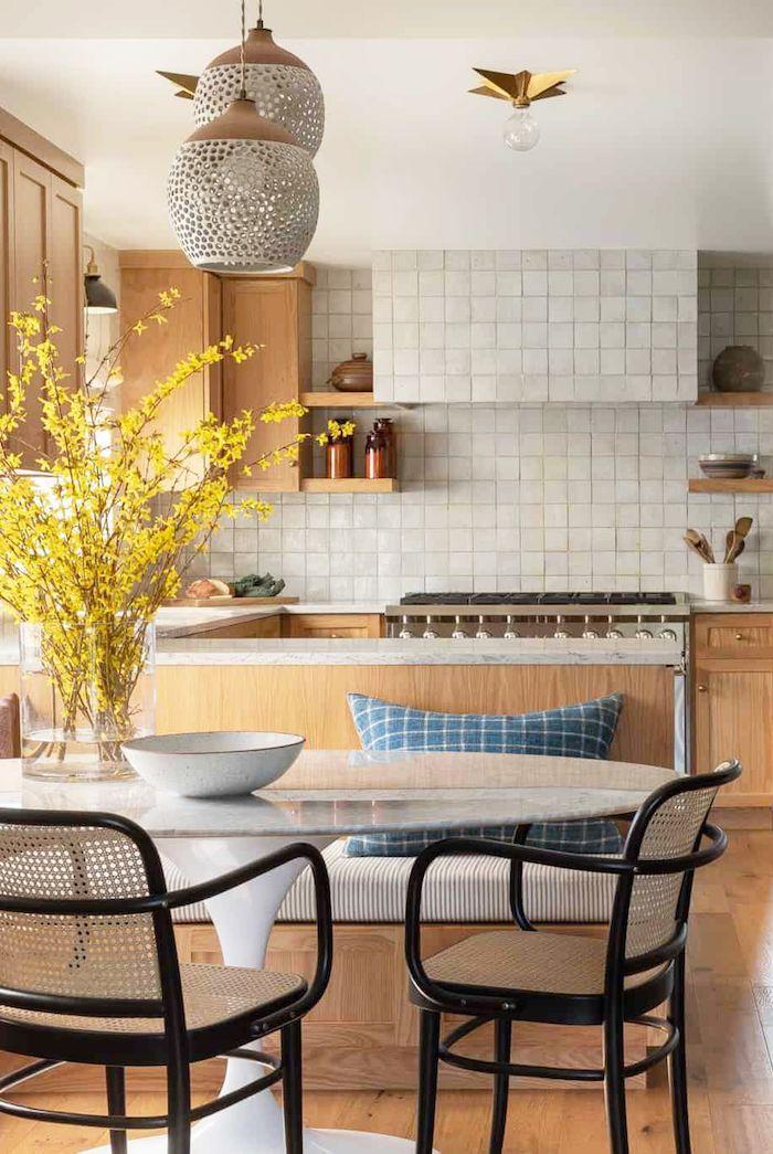 Deux chaises rétro, table ronde, cuisine bois et carrelage blanc marbre idée peinture cuisine, quelle couleur mur cuisine intérieur moderne