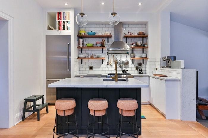 Blanche cuisine avec ilot noir et chaises de bar roses, peinture salle a manger, couleur peinture cuisine style nordique cosy
