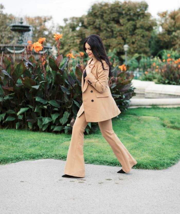 modèle de tailleur pantalon femme pour cérémonie de couleur beige combiné avec chaussures pointues et top en noir
