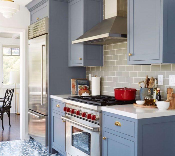 Rustique style cuisine moderne couleur qui vont bien ensemble, stylée cuisine bicolore tendance bleu et détails rouges