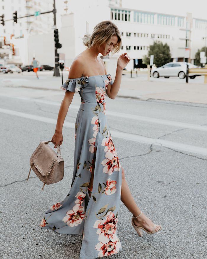 bleu gris à fleurs robe longue fendue sac a main beige associé aux sandales a talon robe fleurie femme robe d été fleurie pour femme romantique
