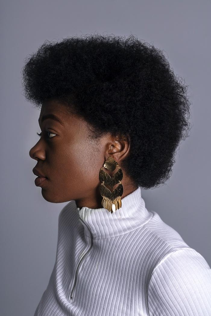 blouse blanche boucles d oreilles dorées coiffure afro femme cheveux noirs courts maquillage naturel beauté femme cheveux crépus