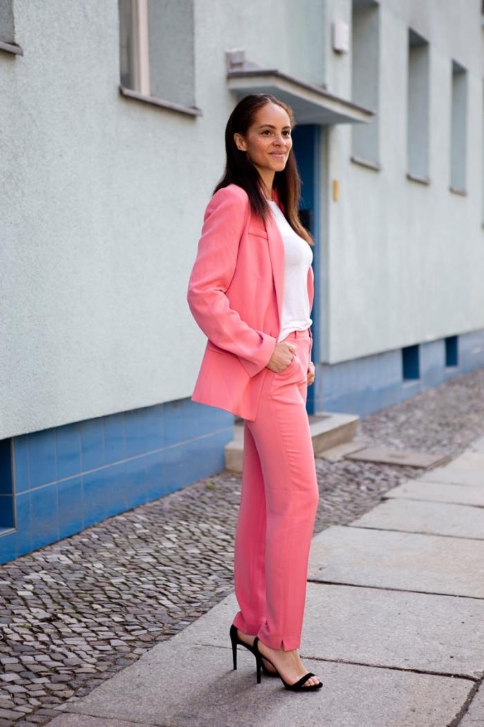exemple de tailleur pantalon femme pour cérémonie mariage, idée quelle couleur porter avec le rose dans une tenue femme chic