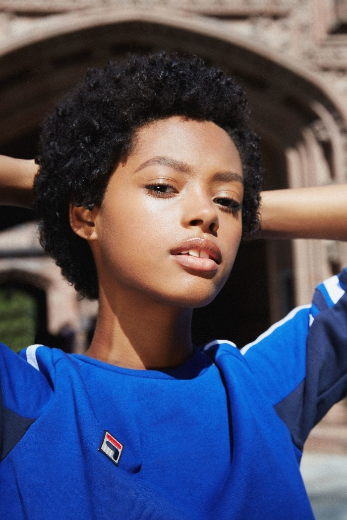 blouse bleu sport coupe cheveux court femme maquillage nude couleur de cheveux noirs yeux marron cheveux crépus