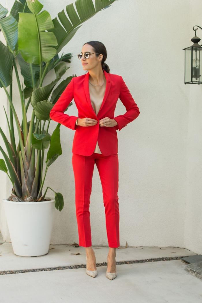 modèle ensemble tailleur femme de couleur rouge, idée comment assortir les couleurs de ses vêtements pour un look stylé