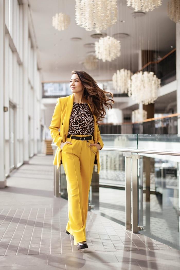 quels imprimés tendance porter en 2020, modèle d'ensemble pantalon cocktail mariage de couleur jaune combiné avec blouse à motifs animaliers