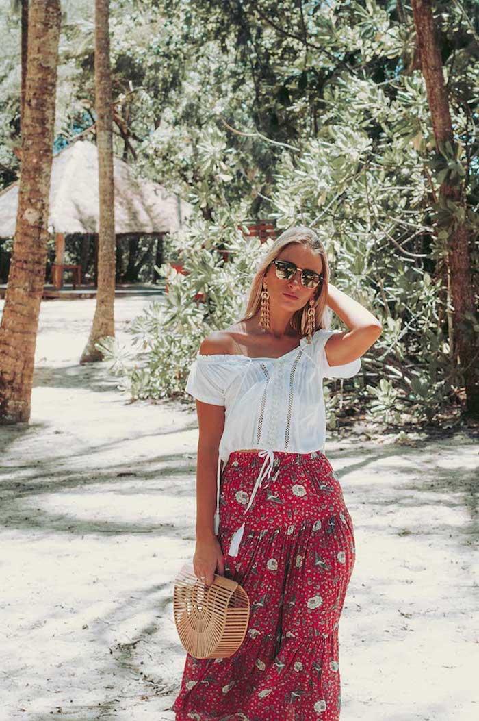 boho chic blogueuse robe femme ete idée robe de plage boheme chic style vetements jupe longue rouge et top blanc tenue blanc et rouge ete