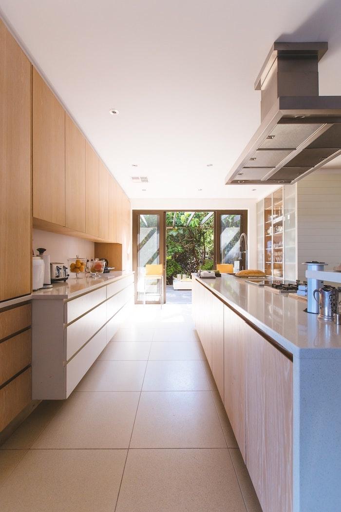 Cuisine bois et blanc longue, couleur cuisine moderne, associer les couleurs dans une cuisine