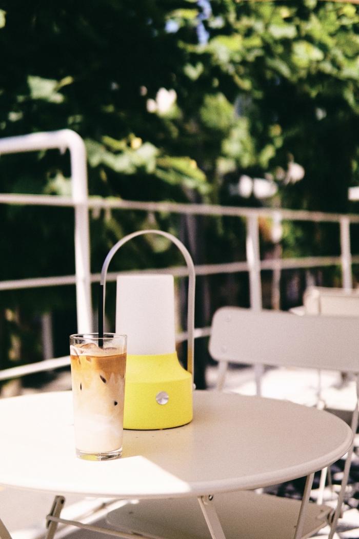 comment faire un café glacé maison, un verre rempli de glaçons et de lait avec mousse au lait préparée à la batteur électrique