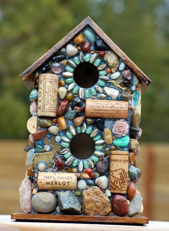 exemple comment décorer une cabane à oiseaux en bois avec cailloux et bouchons de liège, diy mangeoire originale
