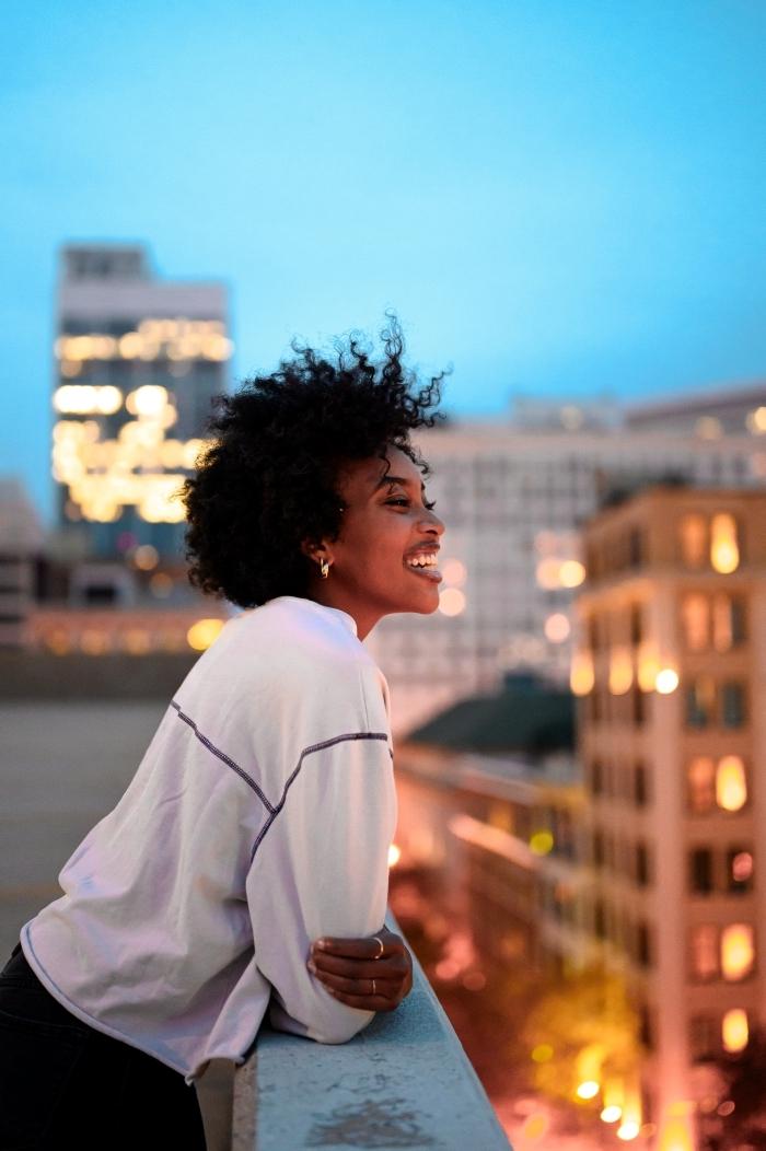 boucles d oreilles blouse blanche sport pantalon fluide noire bijoux bagues or coiffure afro femme cheveux mi longs crépus