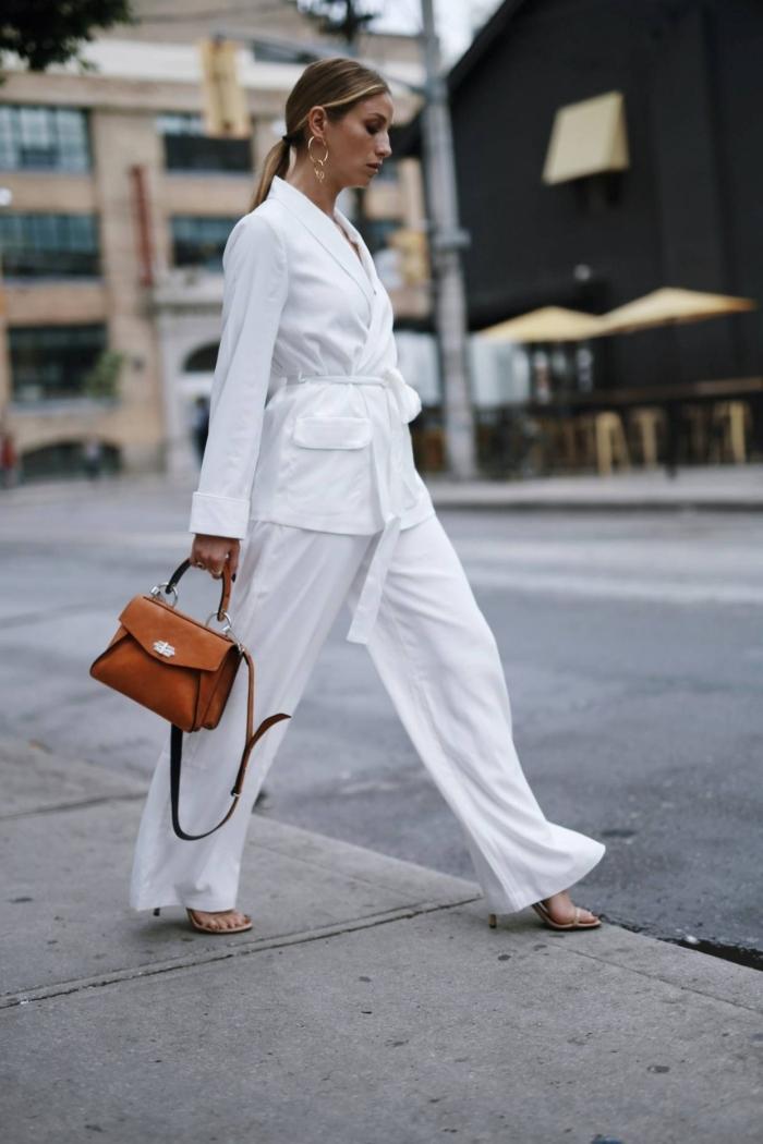 tailleur pantalon femme pour cérémonie aux jambes larges et blazer ceinturée, idée comment porter le blanc au quotidien