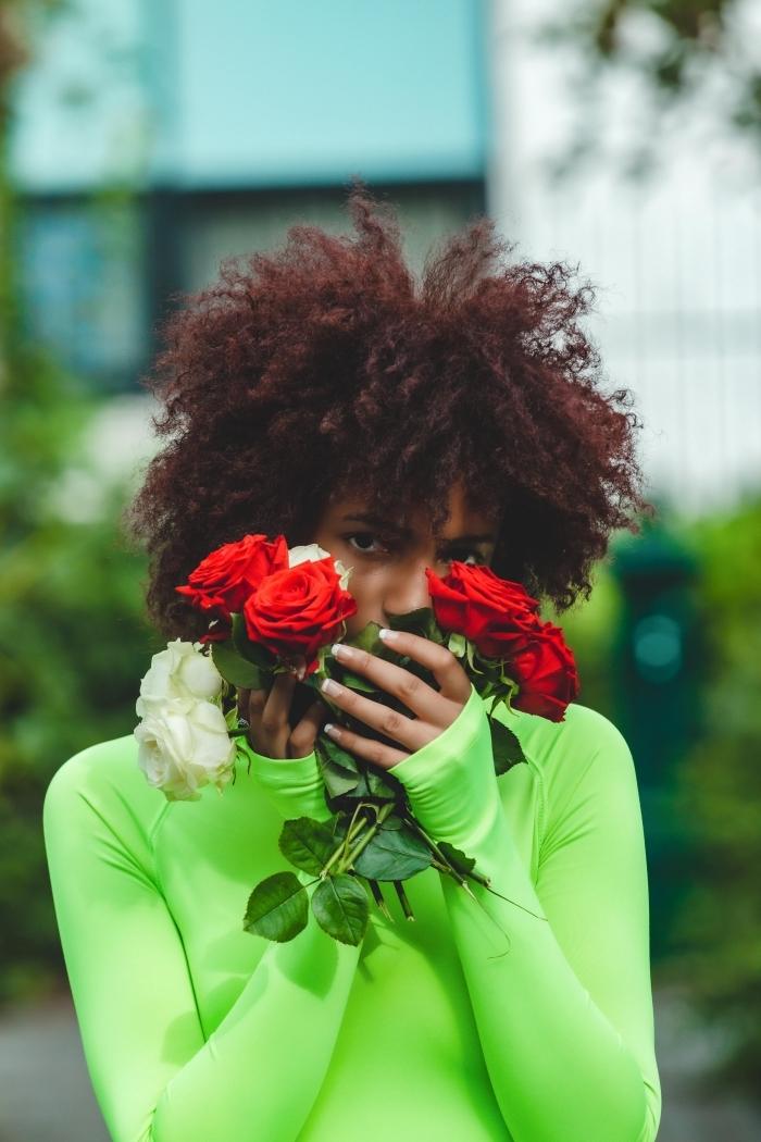 bouquet de roses blanc et rouge coupe courte cheveux frisés blouse sport verte couleur de cheveux rouge cheveux crépus