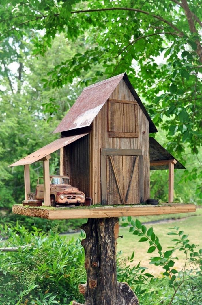 exemple comment faire une mangeoire originale en forme de grange, DIY cabane à oiseaux fait avec planches de bois
