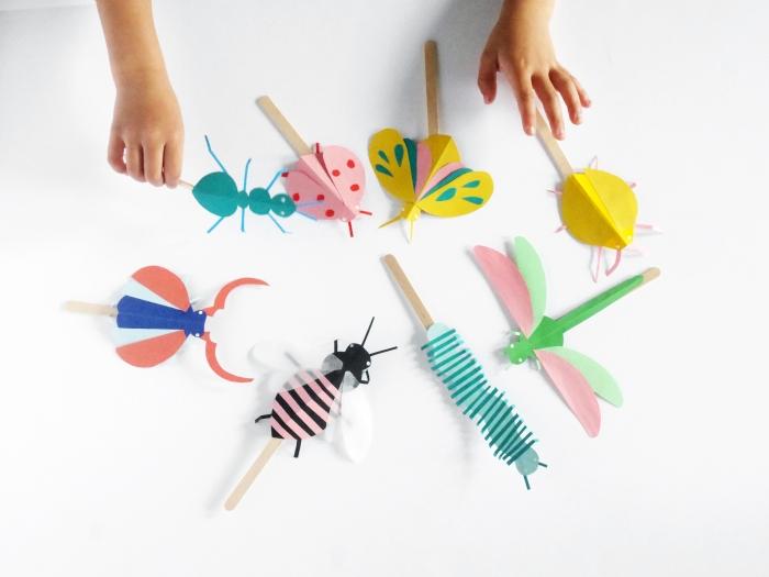 activité enfant 3 ans, que faire avec du papier coloré, idée loisir créatif pour enfant avec papier scrapbooking et bâtons en bois