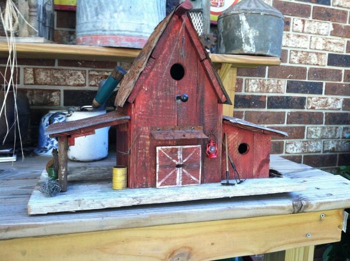 projet de construction de cabane oiseaux facile avec matériaux recyclés, diy maison en bois rouge pour oiseaux