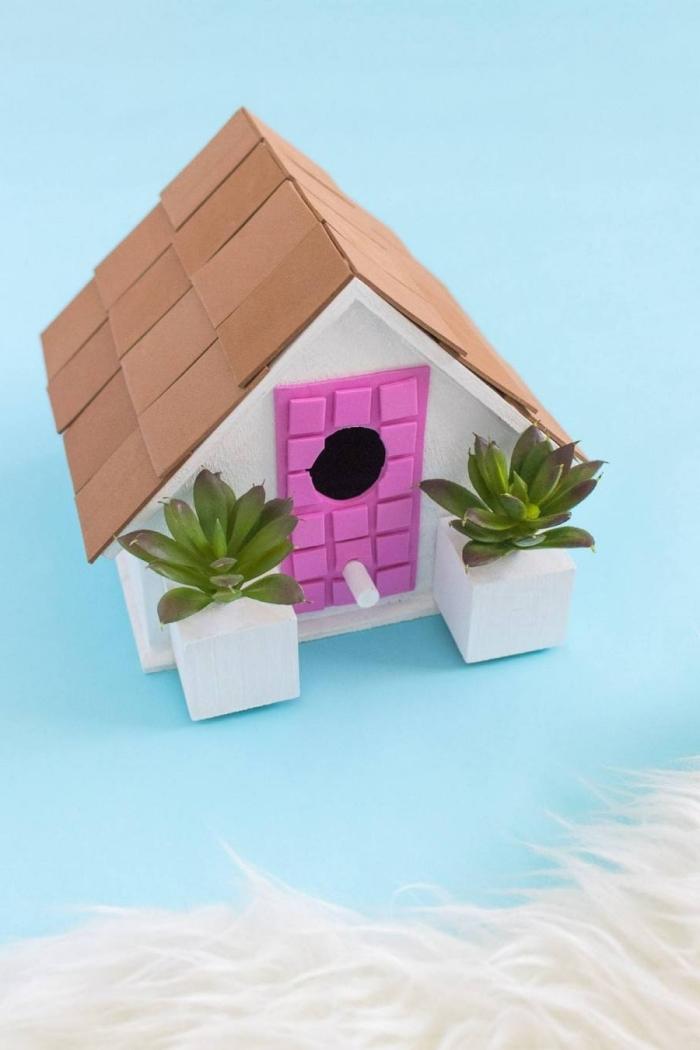modèle de cabane pour oiseaux décorative à faire soi-même, DIY petite maison blanche avec porte rose et toit beige