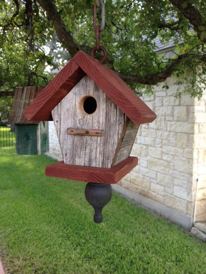 idée comment faire une cabane à oiseaux suspendue facile, diy mangeoire en forme de maison avec toit rouge