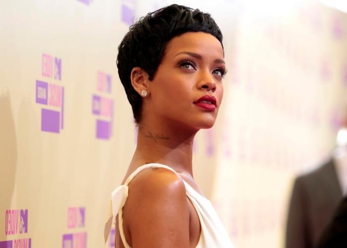 célébrité coupe de cheveux coiffure robe blanche avec bretelles tatouage cou femme message coupe tres courte femme rihanna cheveux courts noirs