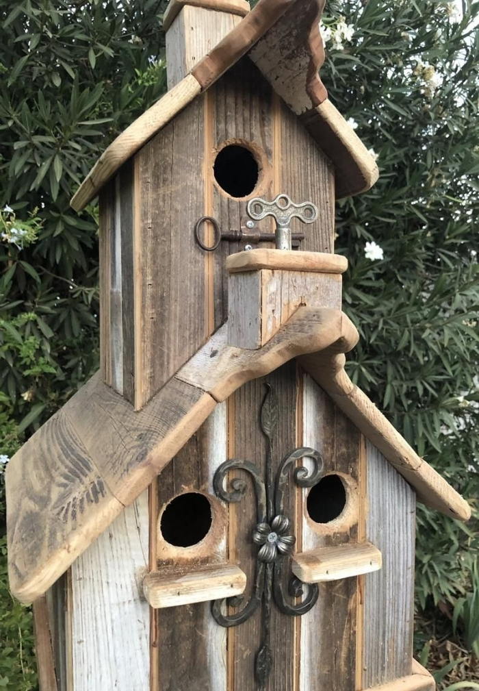 idée comment réaliser une mangeoire pour oiseaux sous forme d'église avec planches de bois et ornements en métal