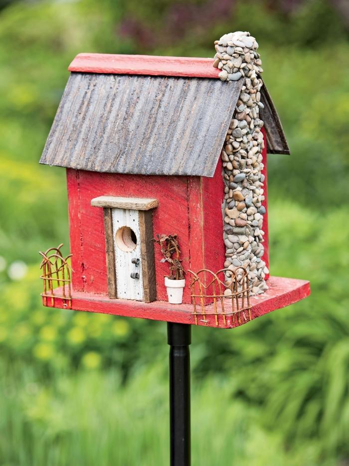 idée comment fabriquer une mangeoire pour oiseaux avec bois et décoration en petits cailloux, diy mangeoire pour oiseau