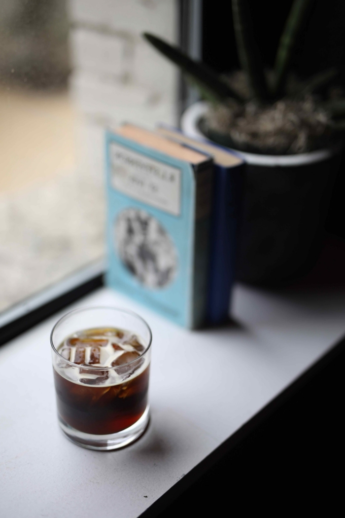 idée pour faire un café froid facile sans lait, recette de café noir aux glaçons et sans sucre, verre de café refroidi avec glaçons