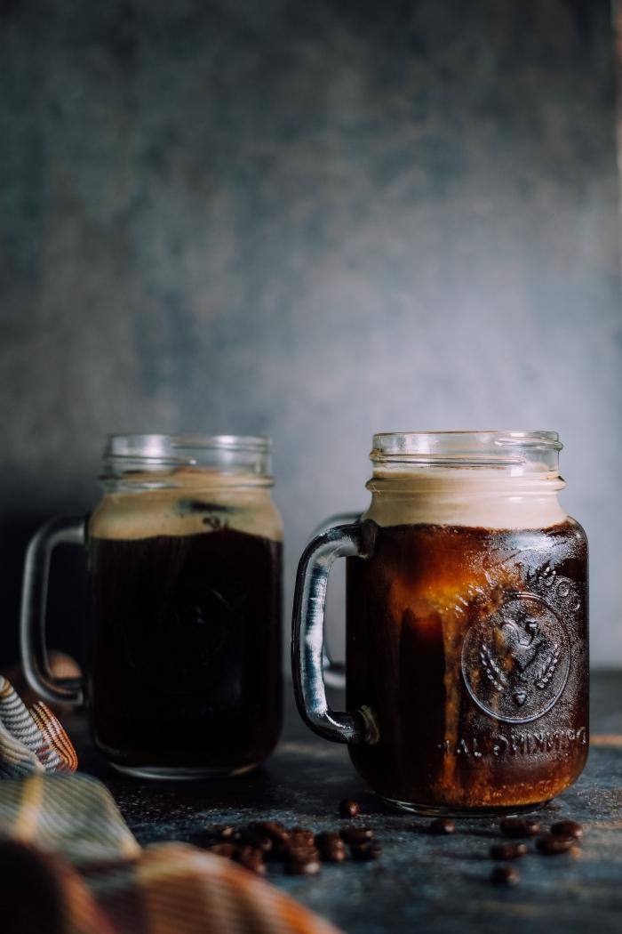recette café glacé facile et rapide, idée comment servir un café noir dans un bocal en verre avec mousse