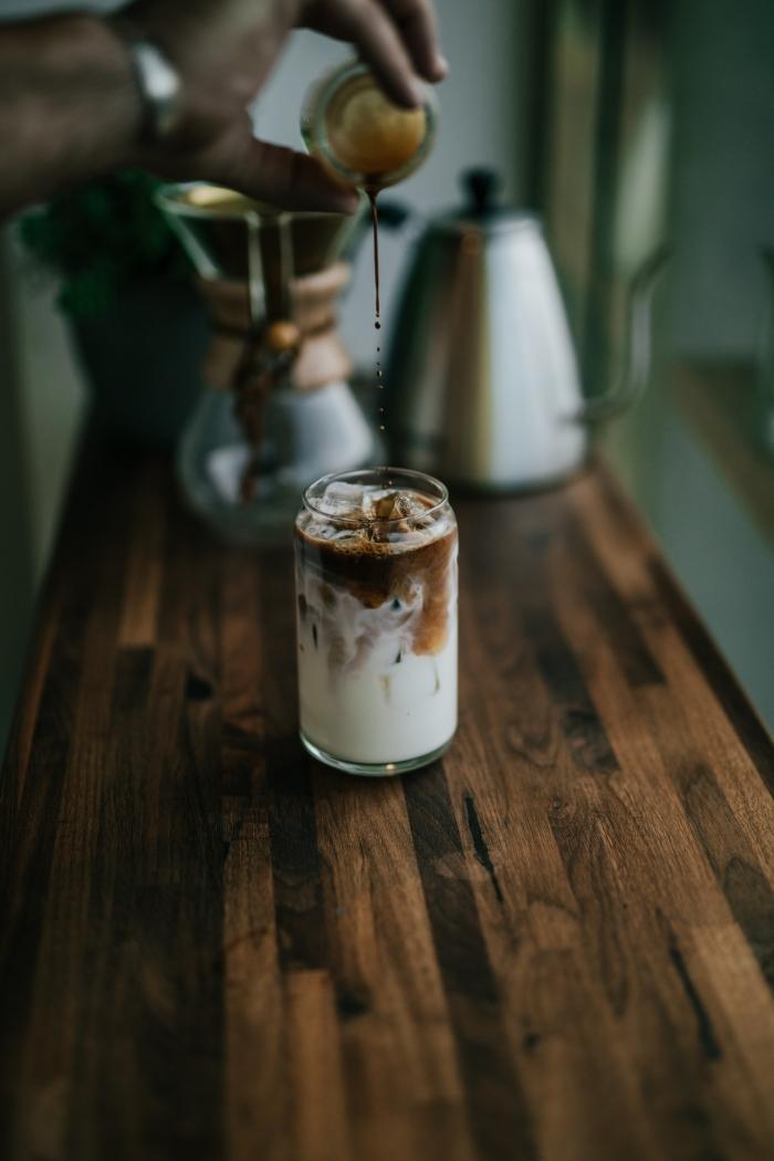 comment préparer une chicorée boisson facile avec glaçons et lait, verre rempli de boisson froide caféine sur un plan de travail bois