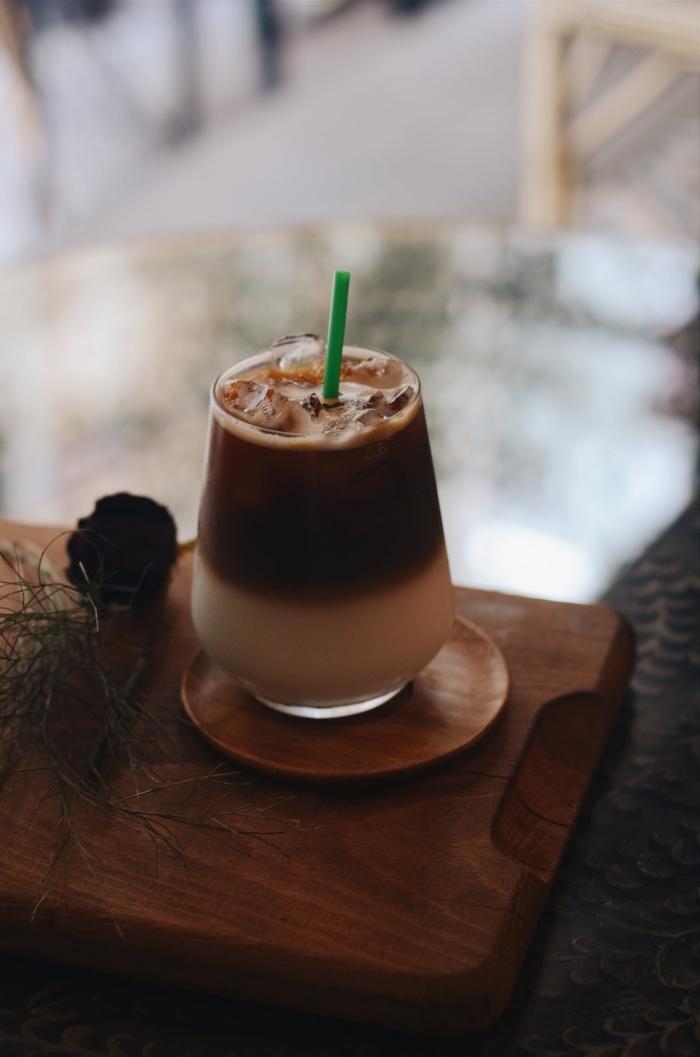 café frappé recette originale avec chocolat, comment faire un café froid au lait et cacao en poudre sans sucre