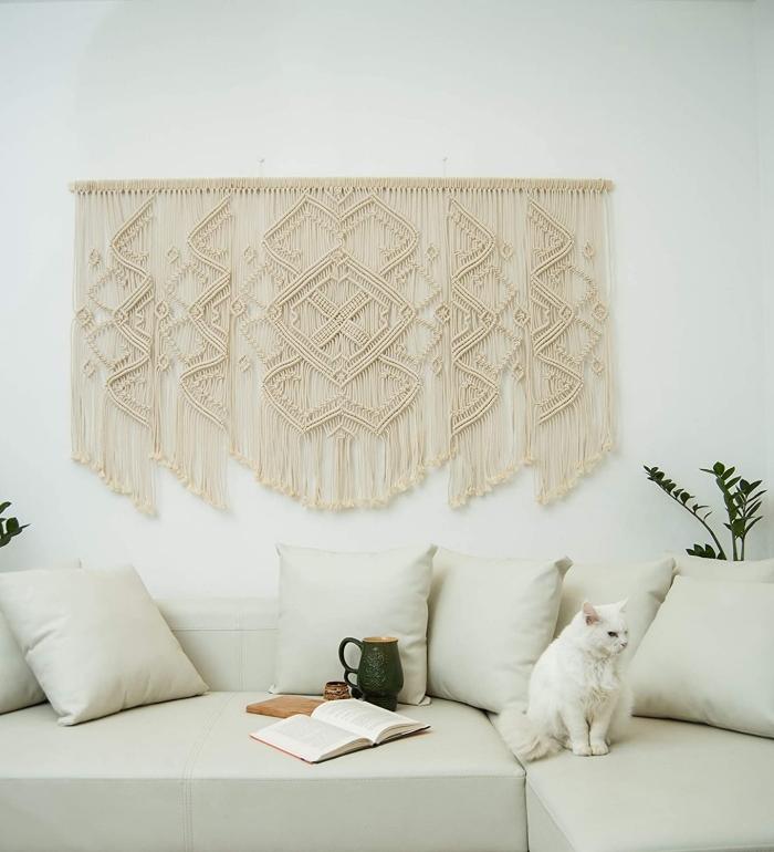 canapé d angle blanc décoration cocooning suspension en macramé bâton bois deco tete de lit facile a faire chat plante verte intérieur