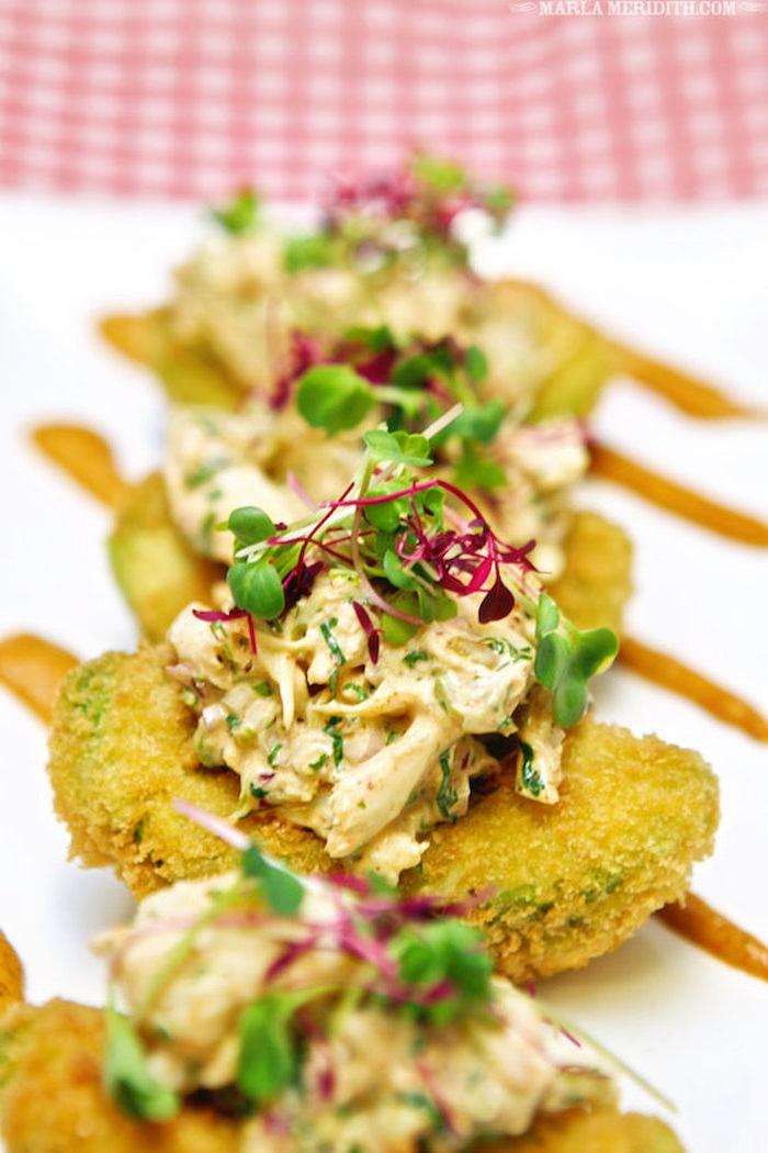 avocat frit avec salade de thon à la mayonnaise et des herbes fraiches, recette entrée originale et raffinée