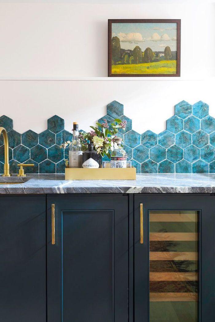 Carreaux hexagones bleu marbre, quelle couleur pour une cuisine, couleur peinture cuisine choix