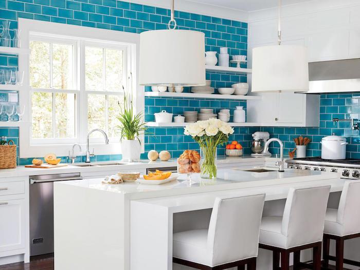 Aigue-marine carrelage dans une cuisine blanche bien aménagée, tendance couleur cuisine 2020, aménagement cuisine bien décorée